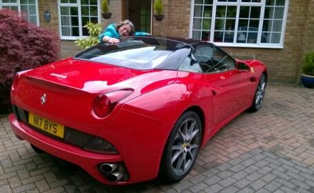 A economisit ani de zile pentru a inchiria un Ferrari de ziua sotiei, insa au facut accident in cateva ore. Nota lor de plata