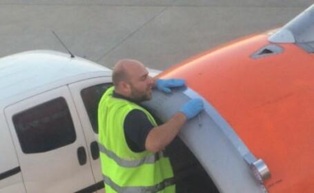 Un angajat al unei companii britanice low-cost, fotografiat in timp ce \