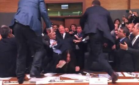 Bataie sangeroasa in Parlamentul Turciei. Deputatii s-au urcat pe mese si au sarit sa isi atace colegii. VIDEO