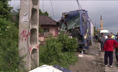 ANIMATIE GRAFICA: Accident ca o cascadorie, in Buzau. Un TIR a daramat gardul si garajul cu masina cand soferul a adormit