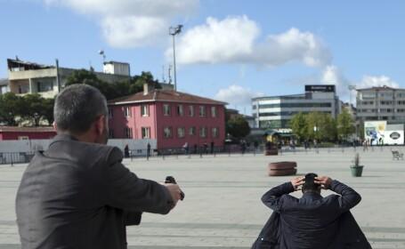Momentul in care un jurnalist de opozitie turc e pe punctul de a fi asasinat chiar la tribunal. Sotia i-a sarit in ajutor