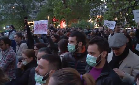 Scandalul dezinfectantilor a scos oamenii in strada. Protest in Piata Universitatii: \
