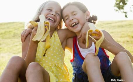 fetite mancand banane