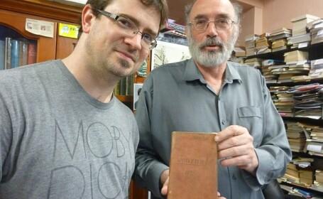 A dat peste o carte veche si a crezut ca nu valoreaza nici 20 de dolari. Cand a deschis-o a descoperit o comoara ascunsa