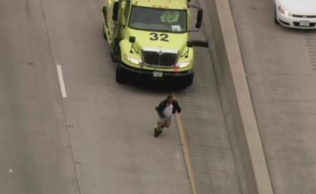 Intamplare bizara pe o autostrada din SUA. Un barbat a alergat printre masini cu pantalonii in vine