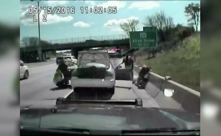 Gestul nesabuit al unei soferite trase pe dreapta de politie. Ce a surprins o camera montata pe masina ofiterilor: VIDEO