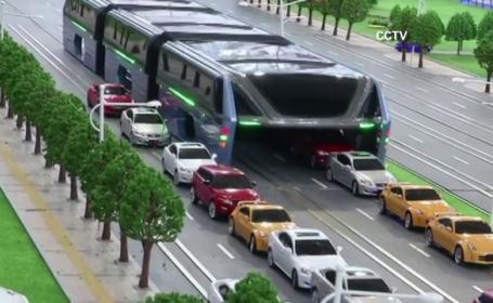 Autobuzul urias care merge deasupra masinilor de pe sosea. Solutia chinezilor pentru a fluidiza traficul si a reduce poluarea