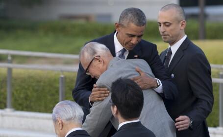 Barack Obama imbratiseaza un supravietuitor de la Hiroshima, orasul japonez distrus de o bomba atomica americana in 1945