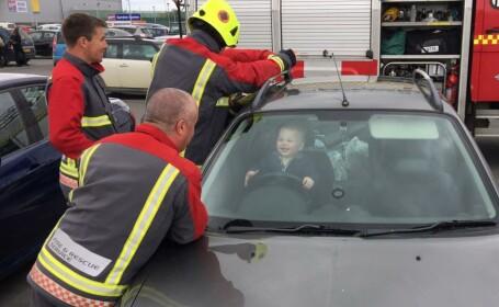 Un copil de 14 luni s-a blocat in masina mamei si radea in timp ce 5 pompieri incercau disperati sa-l salveze