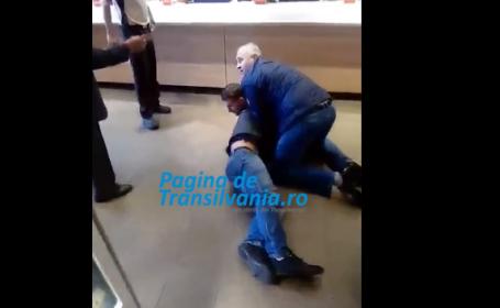 Bataie intr-un fast-food din Cluj. Un client a fost strans de gat de doi barbati, care l-au pus la pamant. VIDEO