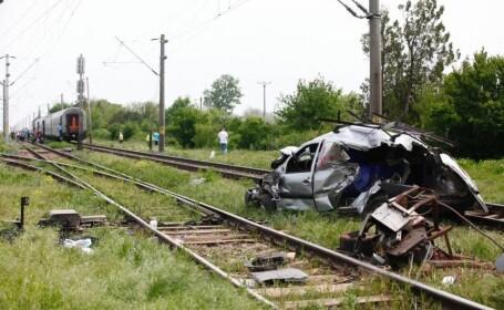 Masina lovita de tren si tarata 15 metri. In ce stare este soferul