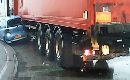 Un camion acroseaza un autoturism