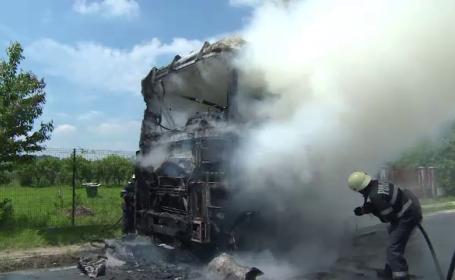Cabina unui TIR a luat foc, in mers, la Targu-Jiu. Portierele s-au blocat, iar soferul a fost nevoit sa sara pe geam