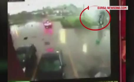 Camioneta cu tot cu sofer luata pe sus de o tornada, in SUA. \