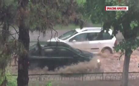Capitala si patru judete, afectate de ploile torentiale. Orasul in care strazile s-au umplut de apa