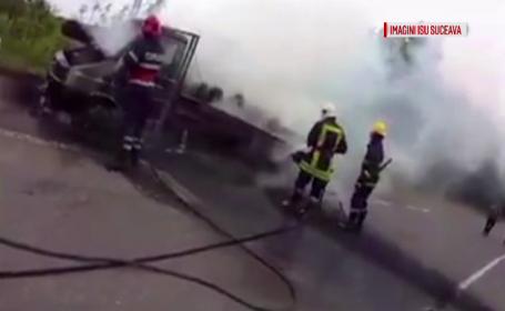 O camioneta plina de lemne a ars in timp ce se afla in trafic, pe un drum din Suceava