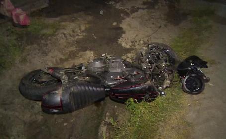 Doi tineri din Prahova au murit, după ce motocicleta lor s-a izbit de un utilaj agricol parcat