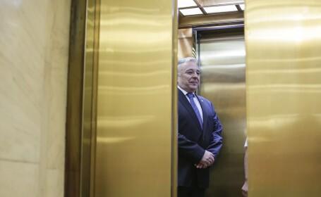 Isarescu rade in lift
