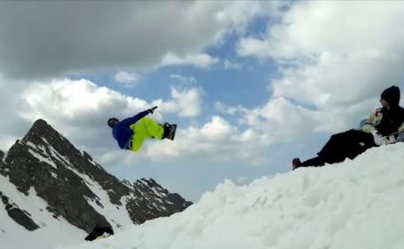 Turiştii încă se mai bucură de zăpadă de la munte, departe de temperaturile ridicate din oraşe