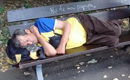 barbat care doarme pe banca
