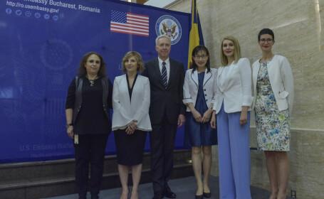 Ambasadorul SUA Hans Klemm si premiul 5 femei curajoase