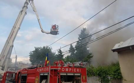 Incendiu violent într-un bloc din Arad. Un bărbat a murit și trei persoane au fost intoxicate