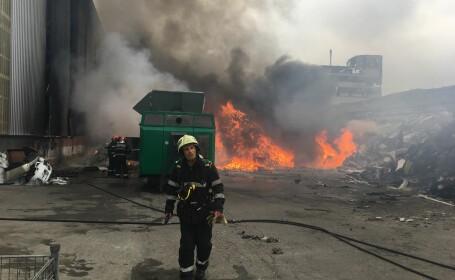 Incendiu violent la un depozit de materiale plastice. 50 de tone de deşeuri, cuprinse de flăcări