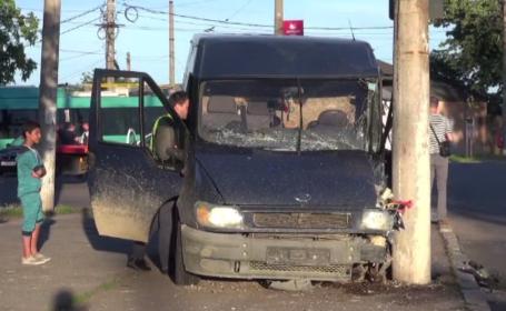 Scandal în Galaţi, după ce un tânăr a intrat cu un microbuz într-un stâlp de iluminat
