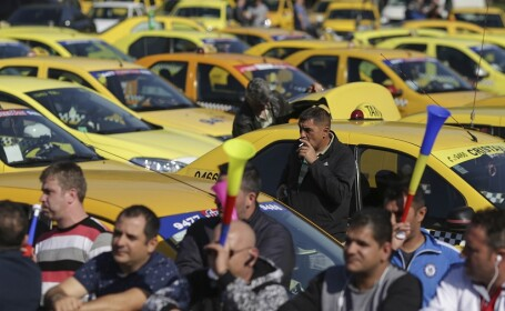 Membri ai Confederatiei Operatorilor si Transportatorilor Autorizati din Romania (COTAR) protesteaza fata de practica pirateriei si serviciul de ride sharing UBER