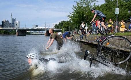 Protest al unor bicicliști în Frankfurt, Germania, față de pericolele din trafic