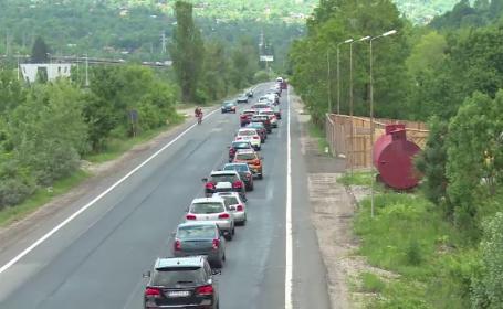 """Cozi uriașe de mașini pe DN 1, spre Valea Prahovei. """"De aia plătim taxe, să stăm la cozi"""""""