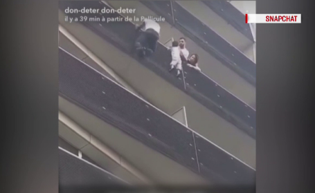 Salvarea spectaculoasă a unui copil de 4 ani care atârna în gol de la al patrulea etaj