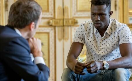 Macron a postat pe Facebook poze cu imigrantul care a salvat un copil. Prima declarație a acestuia