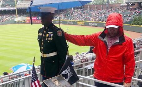 Imagine puternică în SUA. Un suporter a protejat de ploaie un militar, de Ziua Eroilor
