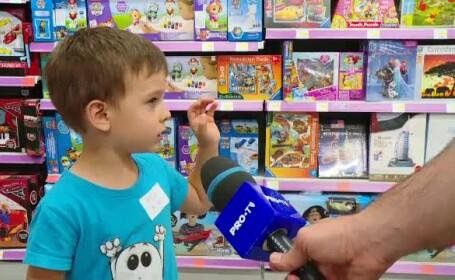 copil in magazinul de jucarii