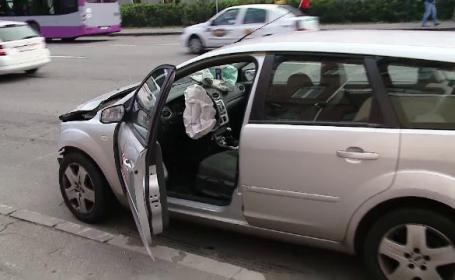 Mașină de poliție lovită în plin de un alt autoturism. O femeie a fost rănită