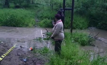 O femeie din Argeș a murit înecată pe drumul spre casă. Fiul său a avut același sfârșit