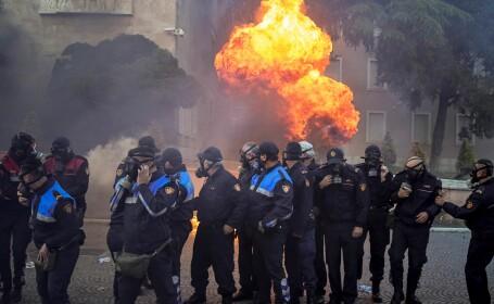 Biroul premierului albanez, atacat de protestatari cu cocktailuri Molotov. VIDEO