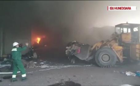 Incendiu la un depozit de deșeuri reciclabile din Hunedoara. Suprafața afectată