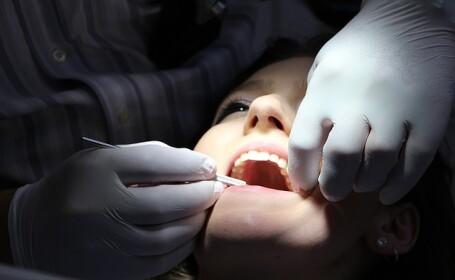 Motivul neaşteptat pentru care gravidelor le sângerează gingiile