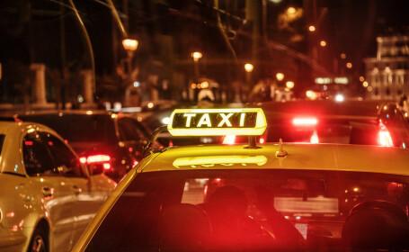 Un client, dat cu capul de geam și lăsat în genunchi pe stradă de un taximetrist