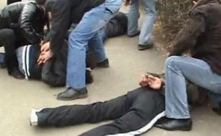 Doi tineri, urmăriţi internaţional pentru omor şi furt în Franţa, prinşi în Timiș
