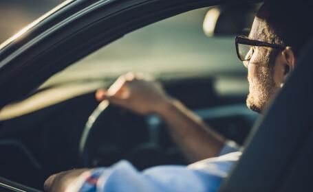 Un instructor auto fără permis a fost prins de poliţişti în timp ce dădea lecţii de condus