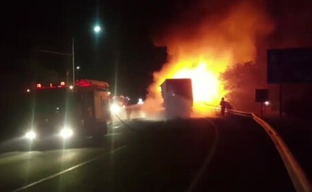 Un autocamion a luat foc pe drumul național 17 din județul Bistrița-Năsăud