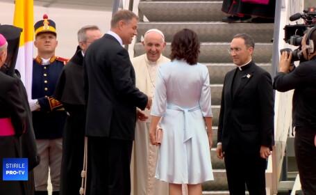 Ținuta purtată de Carmen Iohannis la întâmpinarea Papei Francisc, la aeroport. VIDEO