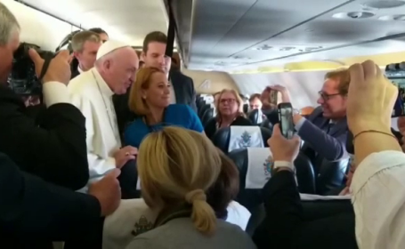 Andreea Esca in avion cu Papa Francisc