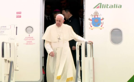 Papa Francisc coboara din avion