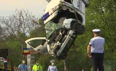 O mașină cu polițiști și jandarmi în plină misiune a fost spulberată de tren, în Prahova