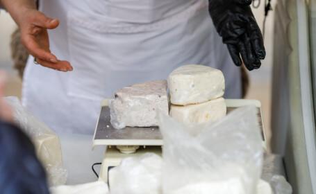 """O instituție din București a cumpărat câteva tone de brânză pentru angajații săi. Explicațiile sunt """"delicioase"""""""