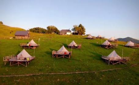 Rulotele și corturile ar putea salva vacanța de vară. Ce măsuri de distanțare au fost luate